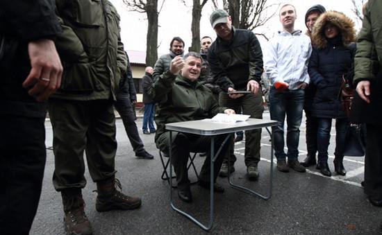 Министр внутренних дел Арсен Аваков (в центре) осматривает новую технику в учебном центре Нацгвардии, 2015 год