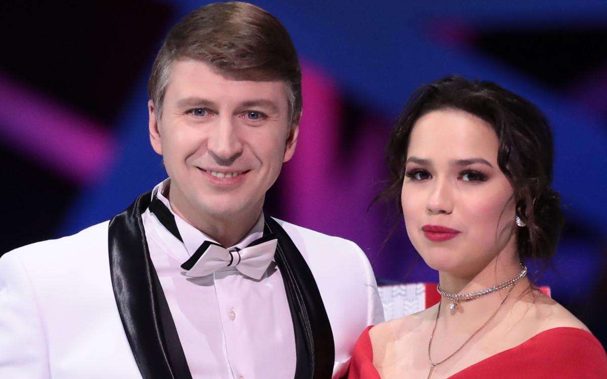 Ведущие «Ледникового периода» Алексей Ягудин и Алина Загитова (слева направо)