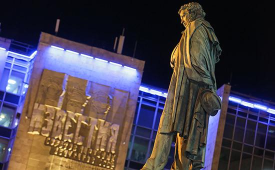 Памятник А.С.Пушкину на фоне здания редакции газеты «Известия»