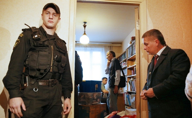 Судебный пристав выселяет одного из должников из занимаемой квартиры