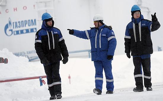 Рабочие на Южно-Приобском месторождении ОАО «Газпром нефть»
