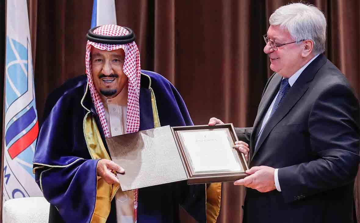 Сальман бен Абдель Азиз Аль Сауд и Анатолий Торкунов (слева направо) во время церемонии награждения в МГИМО