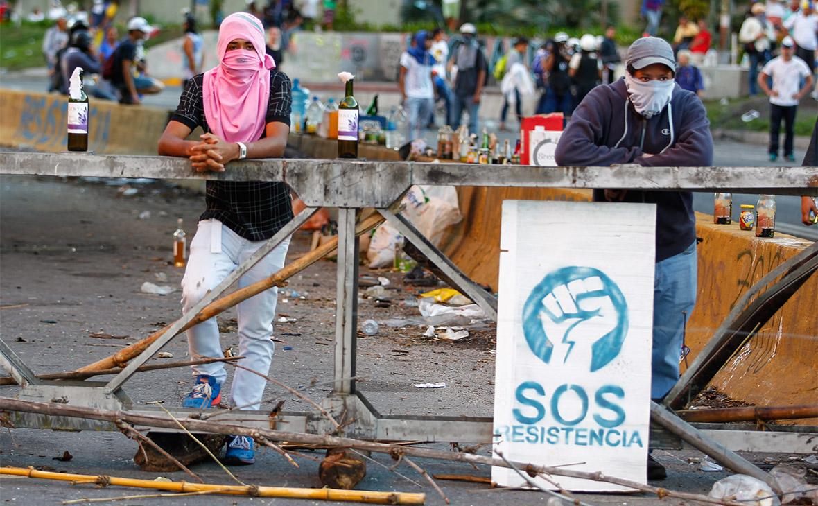 Протестующие на одной из улиц Каракаса
