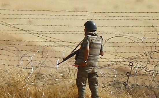 Турецкий военный награнице сСирией. 2015 год
