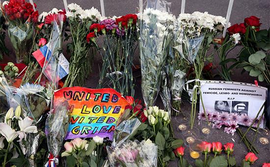 Цветы у посольства США вМоскве впамять ожертвах нападения наночной клуб американского города Орландо. 13 июня 2016 года