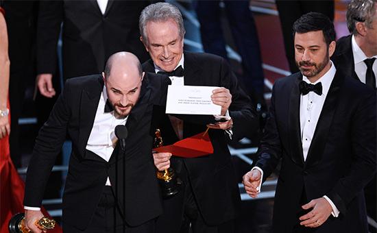 Джордан Хоровиц, продюсер фильма «Ла-ЛаЛенд», держит вруках конверт, накотором написано, чтоприз залучший фильм получила картина «Лунный свет»