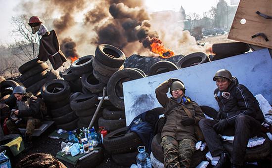 Сторонники радикальной оппозиции набаррикаде на Институтской улице вКиеве. Февраль 2014 года
