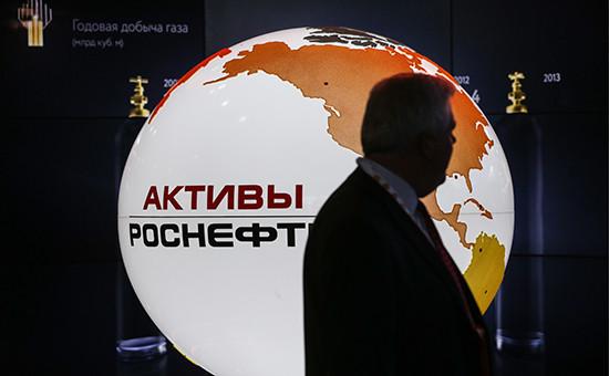 Посетитель навыставке врамках XXI Мирового нефтяного конгресса