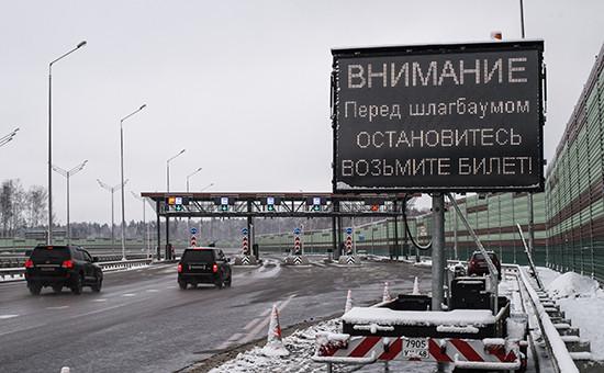 Автомобили на пункте оплаты проезда первого платного участка от МКАД до Солнечногорска автомобильной дороги М-11 Москва —Санкт-Петербург
