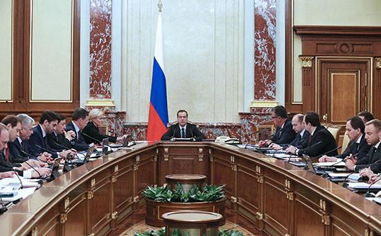 Премьер-министр РоссииДмитрий Медведев (в центре) на заседании правительства. Март 2016 года
