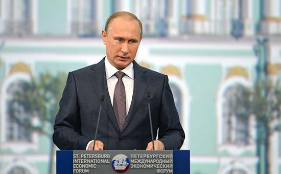 Президент России Владимир Путин напанельной дискуссии входе пленарного заседания XIX Петербургского экономического форума
