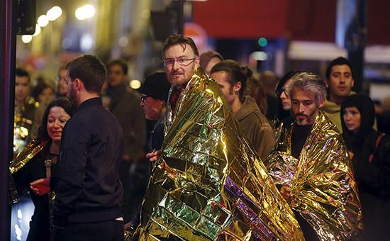 Эвакуация пострадавшиху концертного зала Bataclan в Париже