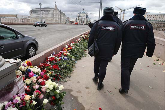 Сотрудники полиции у импровизированного мемориала наместе убийства политика Бориса Немцова наБольшом Москворецком мосту. Архивное фото