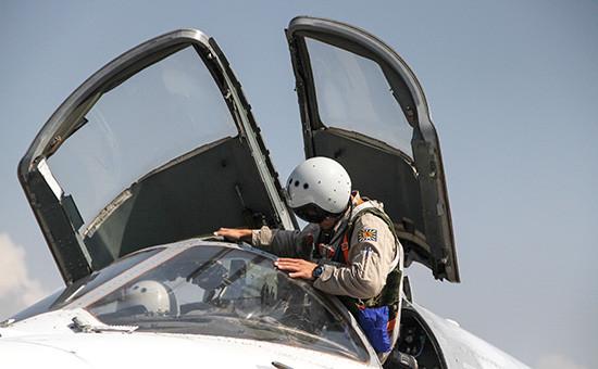 Российский летчик садится в самолет Су-24 перед вылетом с аэродрома Хмеймим в Сирии, октябрь 2015 года
