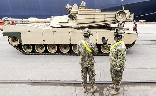 Американский танк M1A2 Abrams в рижском порту. Архивное фото