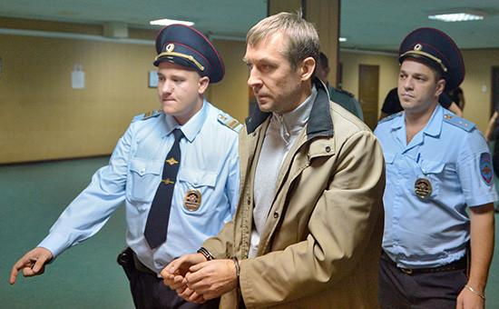 Полковник МВД Дмитрий Захарченко(в центре)перед началом заседания Пресненского районного суда.10 сентября 2016 года