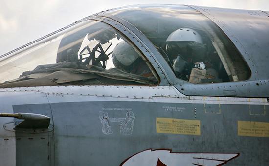 Российский летчик вкабине фронтового бомбардировщика Су-24М наавиабазе «Хмеймим» вСирии, 5 октября 2015 год