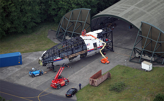 Собранный почастям фюзеляж разбившегося Boeing 777 малайзийской авиакомпании Malaysia Airlines наголландской авиабазе Гилзе-Рейен