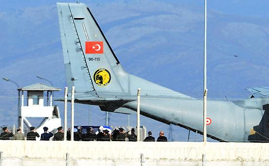 Гроб сроссийским пилотом ваэропорту Хатай, Турция. 29 ноября 2015 года
