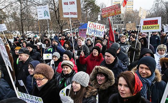 Участники митинга противстроительства храма натерритории парка «Торфянка» в Москве
