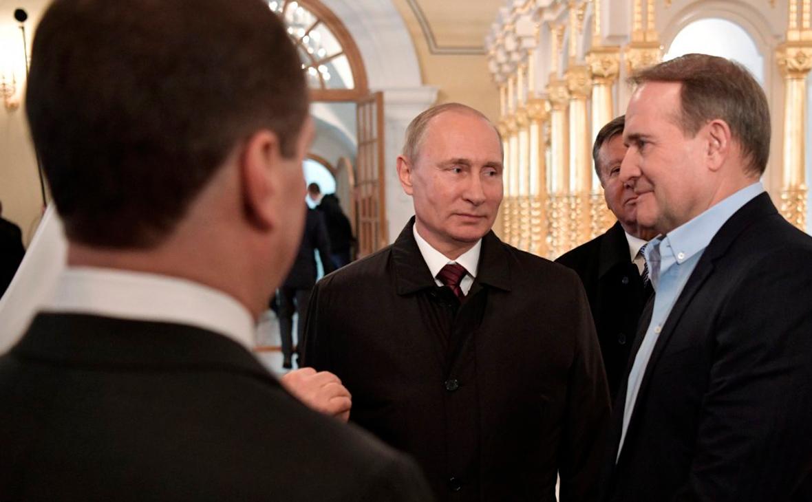 Владимир Путин иВиктор Медведчук (справа)