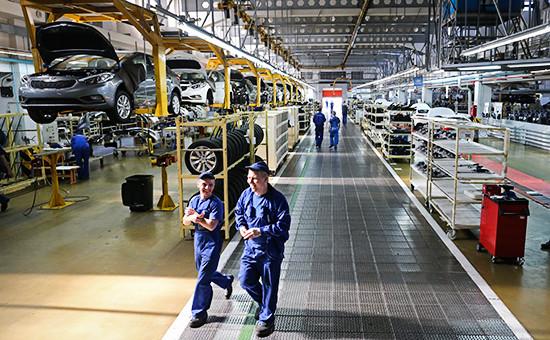 Рабочие в цехе нового производства полного цикла на предприятии АВТОТОР