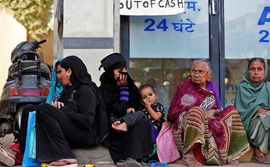 Люди околобанка виндийском городе Ахмадабад. 29 ноября 2016 года