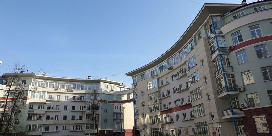 Обстроенные хрущевки на 1-й Владимирской улицев московском районе Перово