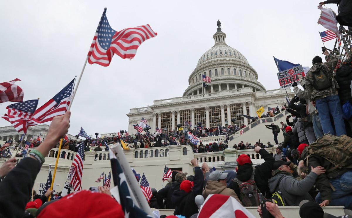 Толпа сторонниковТрампа штурмует Капитолий. Вашингтон,6 января 2021 года