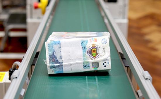 Образцы первых пластиковых банкнот впять фунтов стерлингов Банка Англии