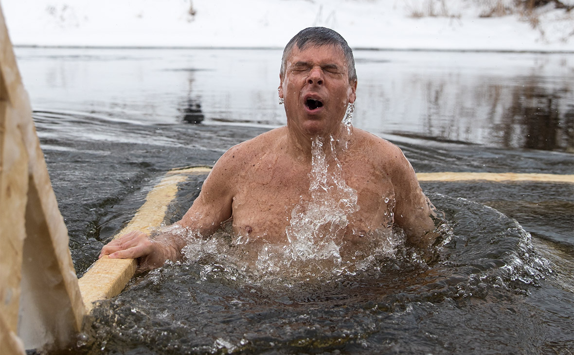 Джон Хантсман во время купания в проруби на территории Новоиерусалимского монастыря