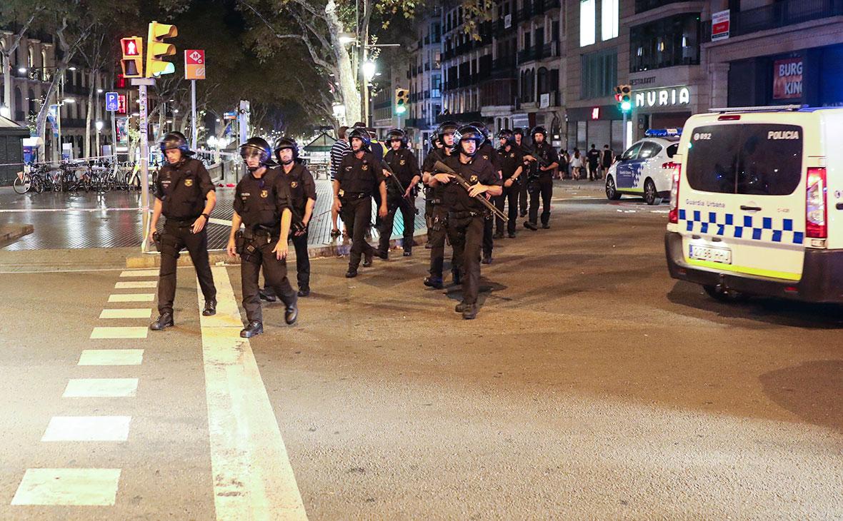 Сотрудники полиции на месте теракта в Барселоне