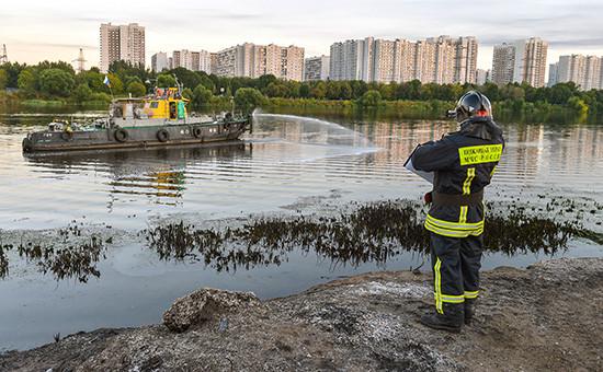 Сотрудники МЧС России во время устранения последствий пожара в районе Марьино