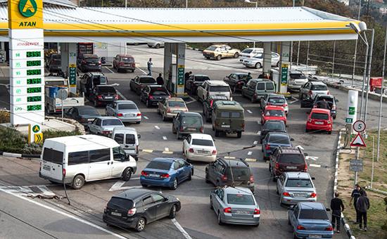 Очередь автомобилей на автозаправкув Крыму