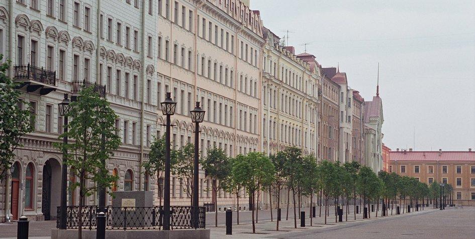 Большая Конюшенная улица вСанкт-Петербурге. По данным Knight Frank, две из трех крупнейших инвестиционных сделок вРоссии сначала года были заключены собъектами вПетербурге