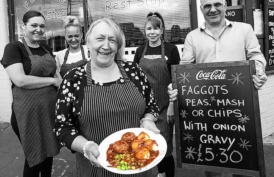 Джо Эванс-Принг и сотрудники кафе Fanny's Rest Stop в Ньюпорте, Уэльс