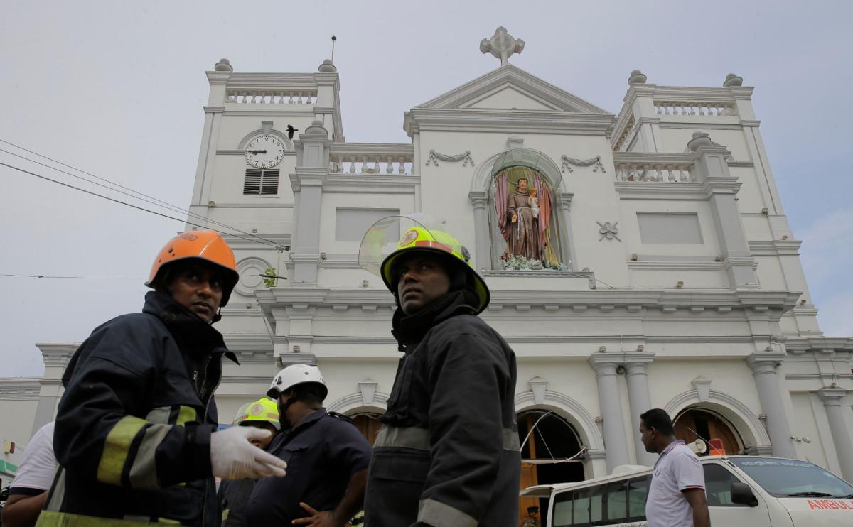 Возле церкви Святого Антония в Коломбо после серии взрывов
