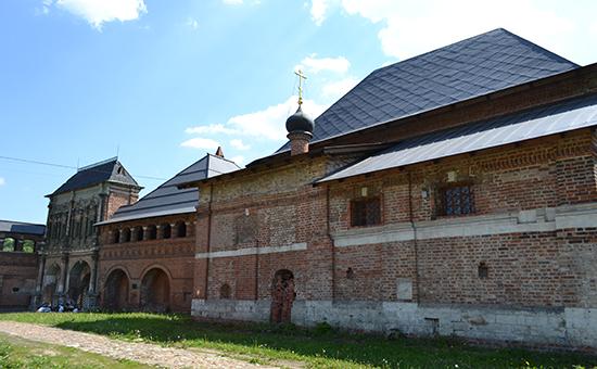 Парадные ворота и храм Воскресения Словущего на территории Крутицкого подворья