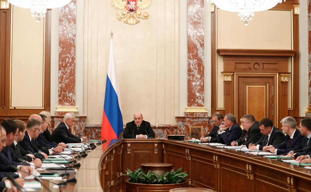 Михаил Мишустин(в центре) на совещании с членами кабинета министров