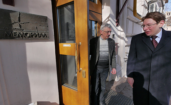 Председатель правозащитного центра «Мемориал» Олег Орлов (слева) ипредставитель центра Сергей Данилин (справа)