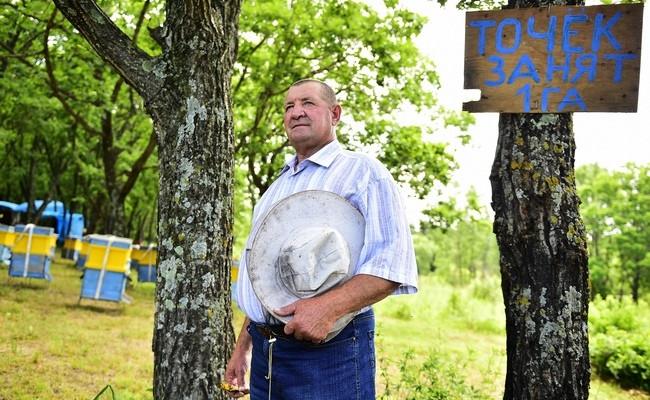 Один из первых пользователей «дальневосточного гектара» В. Баранов на своей пасеке в Приморье
