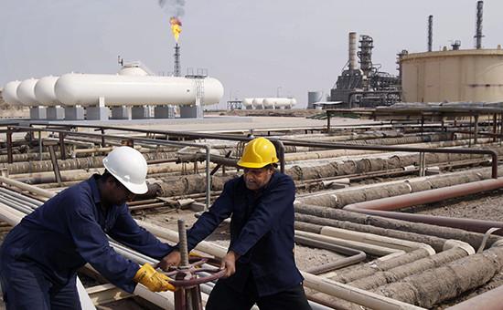 Рабочие на нефтеперерабатывающем заводе в Ираке