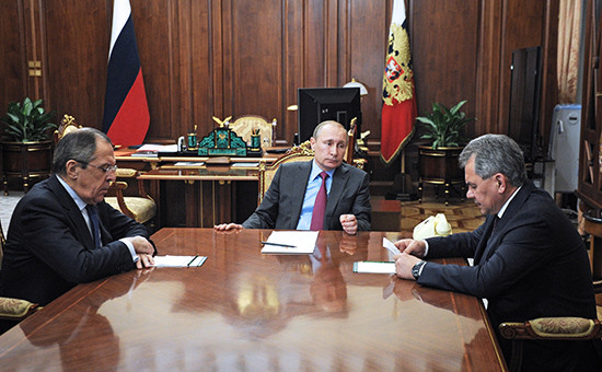 Министр иностранных дел РФ Сергей Лавров, президент РФ Владимир Путин и министр обороны РФ Сергей Шойгу (слева направо) во время встречи в Кремле