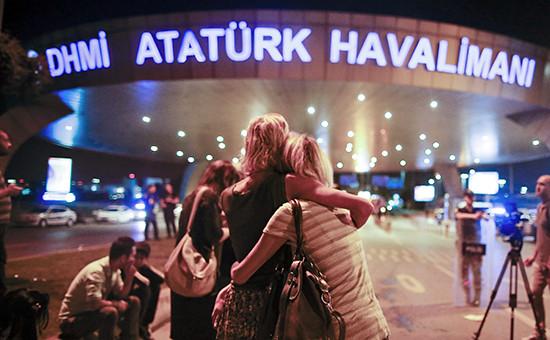 Люди рядомсаэропортом имени Ататюрка вСтамбуле.28 июня 2016 года