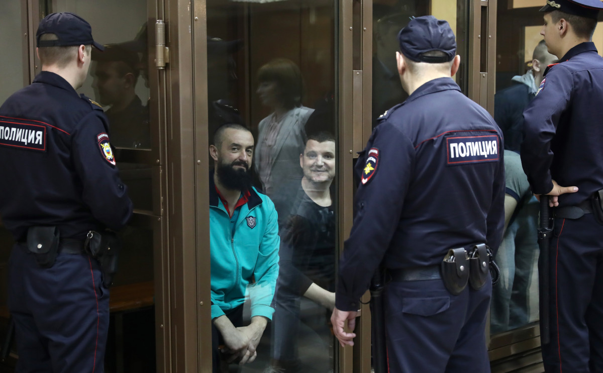 Задержанные украинские моряки (в центре)