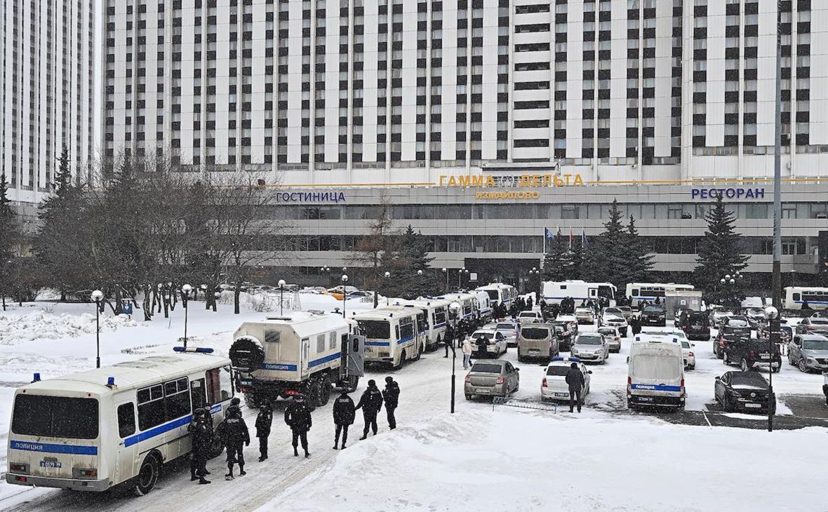 Автомобили полиции, припаркованные у входа в отель «Измайлово»