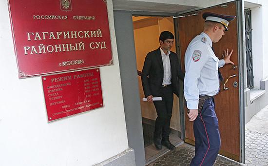 Сын вице-президента ЛУКОЙЛа Руслан Шамсуаров (в центре) у здания Гагаринского суда