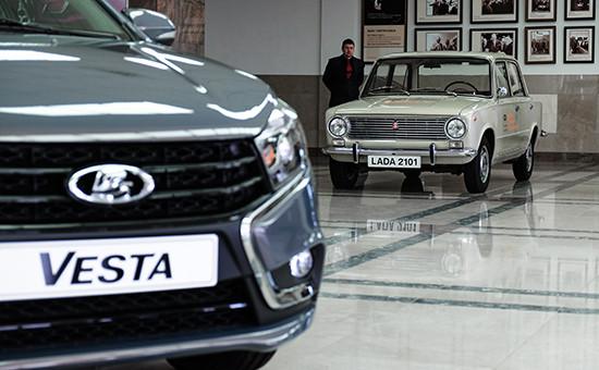 Автомобили Lada 2101 иLada Vesta на АвтоВАЗе вТольятти