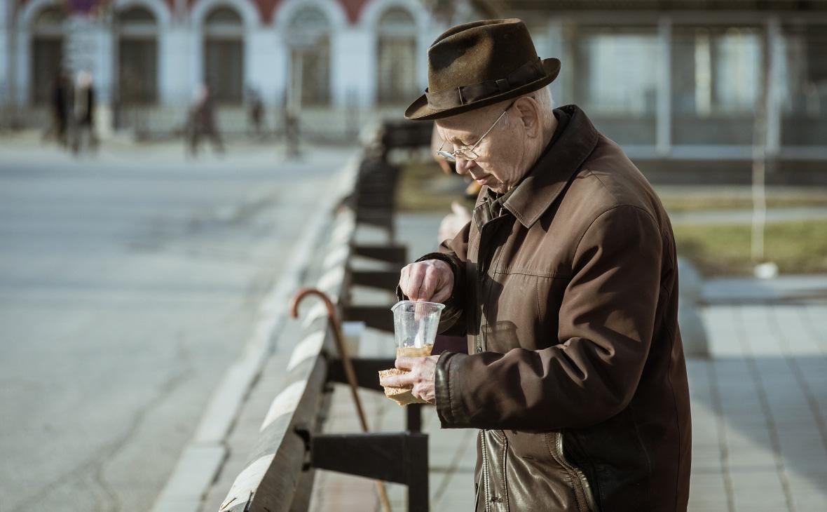 Раздача еды малоимущим людям в Екатеринбурге