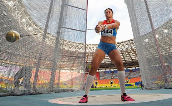 Спортсменка Татьяна Белобородова (Лысенко) в финальных соревнованиях по легкой атлетике в метании молота среди женщин на чемпионате России по легкой атлетике в Москве, июль 2013 года